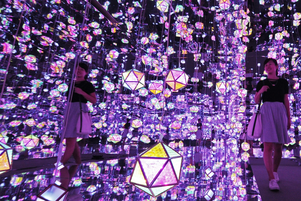 Caption: A woman appreciates light installations during a media preview of the 9th Singapore Night Festival in Singapore, Aug. 18, 2016. Credit: Xinhua / Alamy Stock Photo